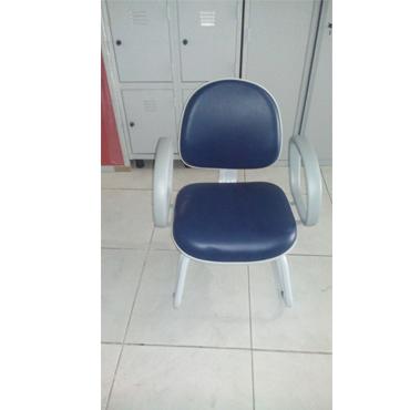 Cadeira de atendimento com assento executivo com braços e base cinza