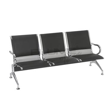 Longarina de 3 lugares com braço e pés cromados acabamentos laterais do assento e encosto cromados estofamento em couro na cor preta BLM B03